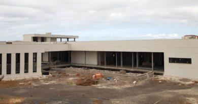 Arturo González pide que se agilicen los trámites para reanudar las obras del Centro de Salud de Llano del Camello.